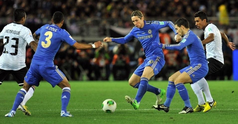 16.dez.2012 - Jogadores de Corinthians e Chelsea disputam a bola no meio-campo durante a final do Mundial de Clubes da Fifa, em Yokohama, no Japão