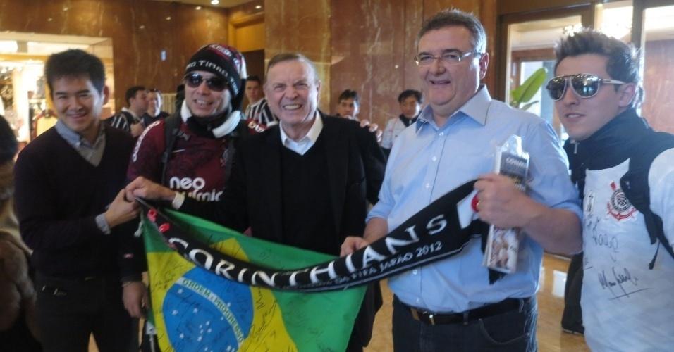 16.dez.2012 - José Maria Marin vai ao hotel do Corinthians desejar sorte aos jogadores antes da final contra o Chelsea