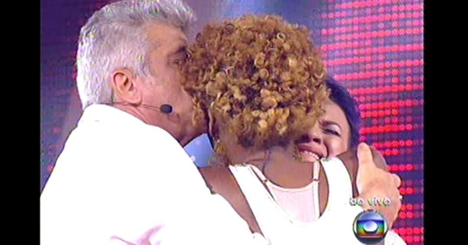 16.dez.2012 - Lulu beija Késia Estácio