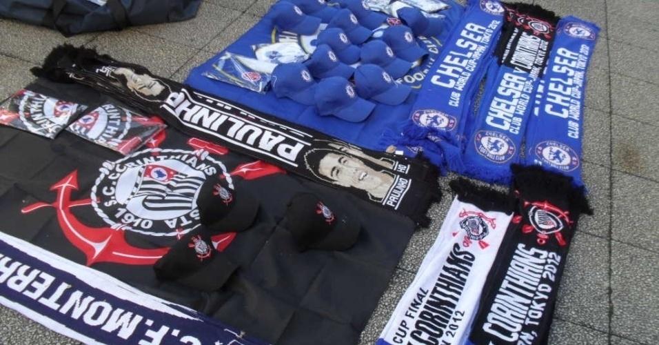 16.dez.2012 - Na porta do estádio em Yokohama, no Japão, artigos à venda nos ambulantes vão de bonés do Chelsea a cachecol com a imagem de Paulinho
