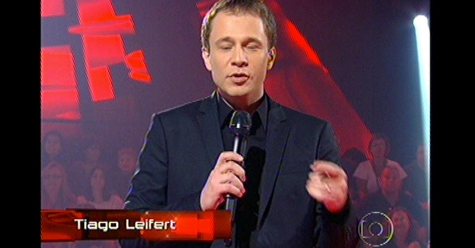 16.dez.2012 - O apresentador Tiago Leifert inicia o 'The Voice Brasil'