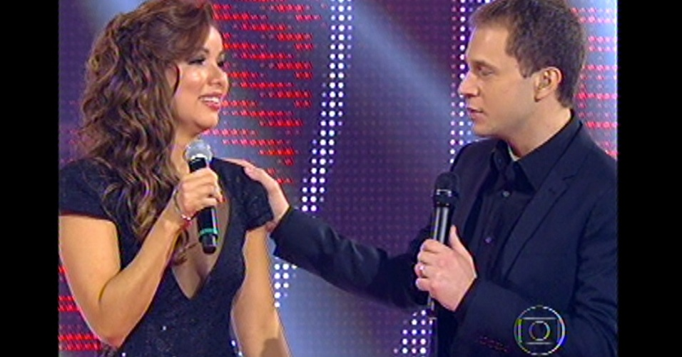 16.dez.2012 - Tiago Leifert interage com Liah Soares