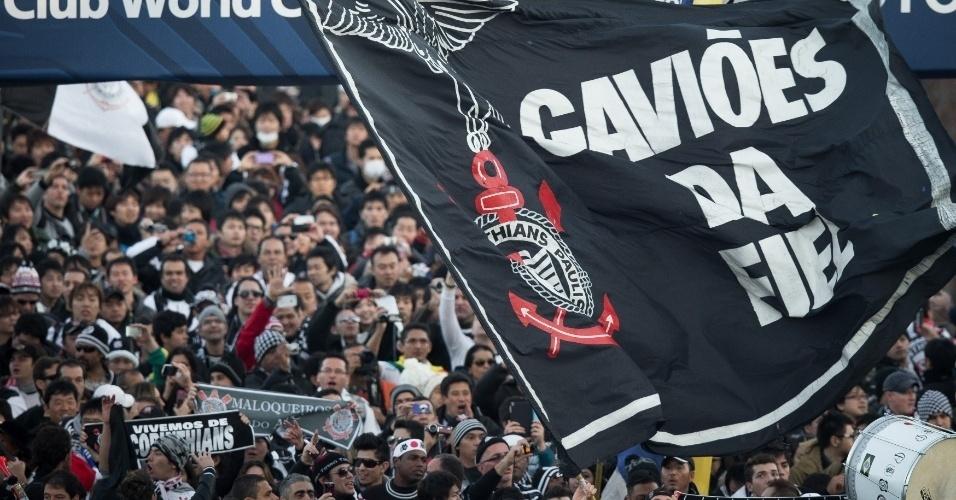 16.dez.2012 - Torcida do Corinthians, com direito a bandeira da Gaviões da Fiel, faz festa na frente do estádio em Yokohama, no Japão, onde acontece a final do Mundial de Clubes