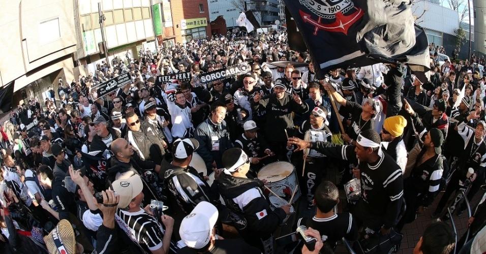 16.dez.2012 - Torcida do Corinthians toma as ruas de Yokohama horas antes da final contra o Chelsea