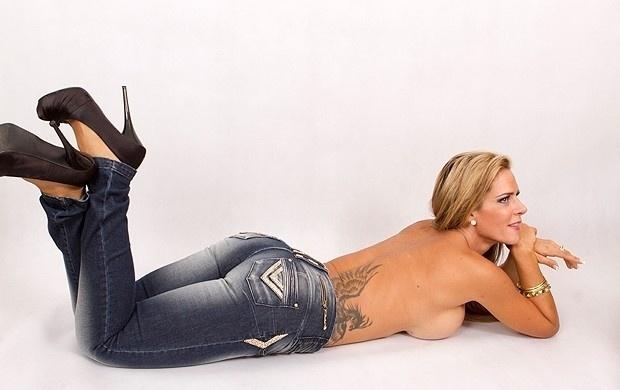 """Denise Rocha, mais conhecida como Furacão da CPI, tirou a roupa mais uma vez. A loira, que foi capa da """"Playboy"""" de setembro, fez um ensaio para uma campanha de moda"""