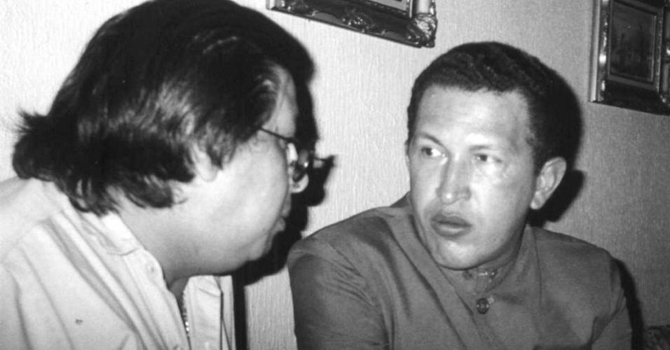1994 - Um acordo político entre o então presidente neoliberal Rafael Caldera e partidos de esquerda deu liberdade a Chávez e funda o partido político Movimento Quinta República (MVR). Além disso, ganhou a admiração de Fidel Castro