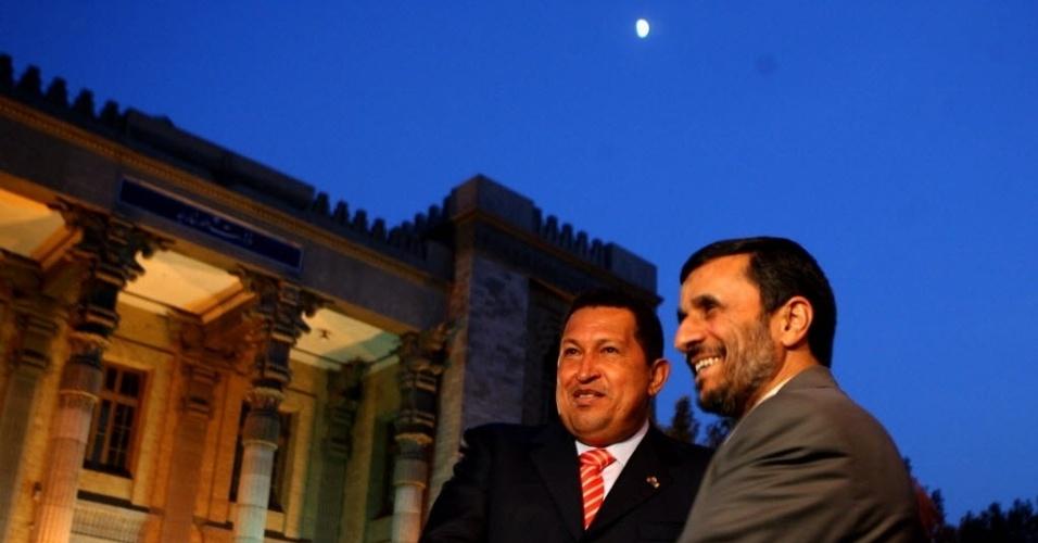 2007 - Depois de aprovada pelo Parlamento, Chávez ratifica a nova Lei Habilitante e ganha o direito de governar por decreto por 18 meses. No mesmo ano, preparou nova reforma constitucional. Na foto, Hugo Chávez (à esquerda), é recebido por Mahmoud Ahmadinejad durante visita à Teerã, em novembro do mesmo ano