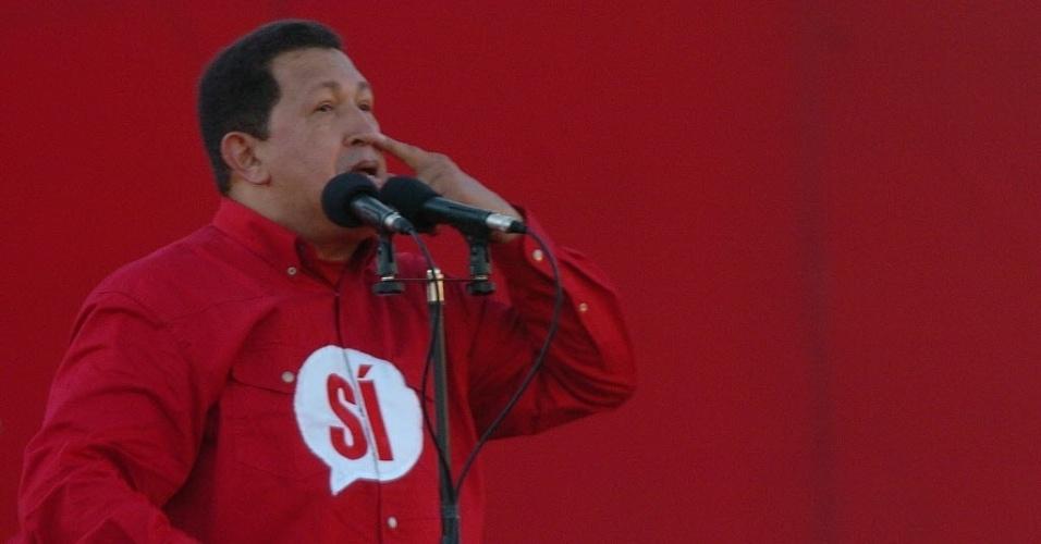"""2007 - Reempossado, Chávez declara que levará a Venezuela ao """"Socialismo do Século 21"""". No mesmo ano, nacionaliza a Companhia Anônima Nacional de Telefones da Venezuela (CANTV), a maior telefônica do país, e compra cerca de 93% das ações da Eletricidade de Caracas (EDC), principal fornecedora de energia da capital"""
