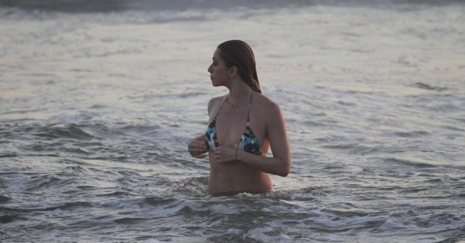"""20.dez.2012 - Letícia Spiller foi à praia da Barra da Tijuca, zona oeste do Rio. A atriz está no ar em """"Salve Jorge"""""""