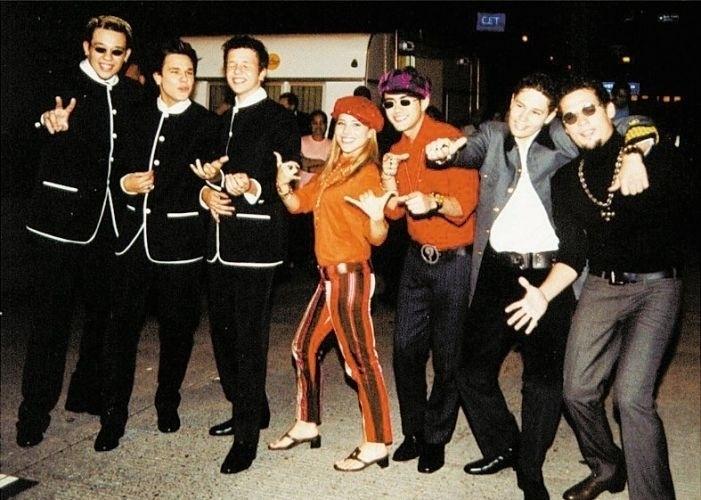 """25.out.2002 - Wanessa posa ao lado dos companheiros do programa """"Jovens Tardes"""", dirigido por Marlene Mattos, na TV Globo: Kiko, Leandro e Bruno, do KLB (esq.); Thiago (de chapéu), Pedro (de cinza) e Fael Mondego (dir.)"""