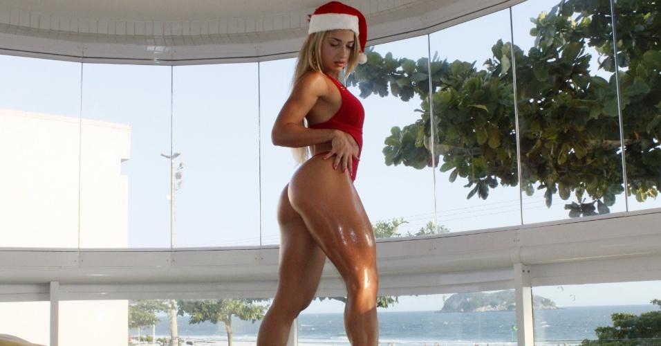 26.dez.2012 - Vestida de Mamãe Noel, Priscila Freitas mostrou que pode continuar na mídia depois do Miss Bumbum 2012