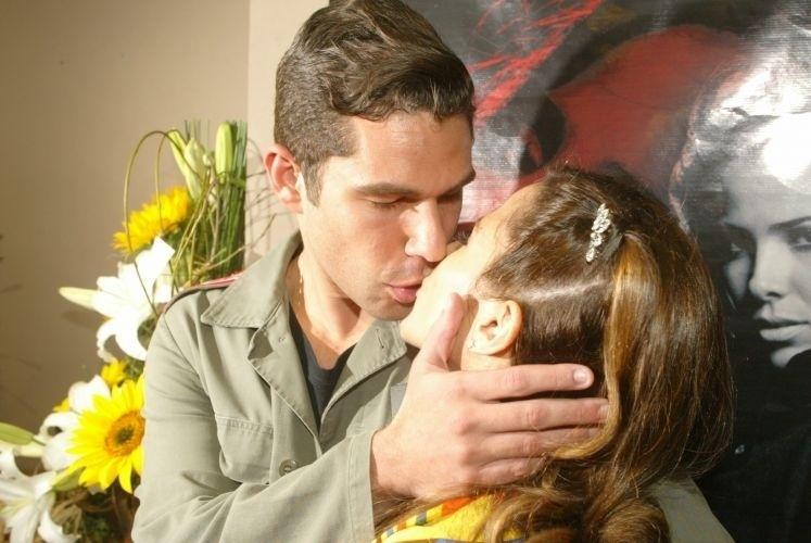 """29.abr.2006 - Marcos Buaiz dá um beijo de boa sorte em Wanessa antes da cantora entrar no palco, em São Paulo, pela turnê """"W In Tour... Era Uma Vez"""""""
