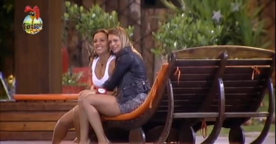 Angelis e Manoella se abraçam no deck