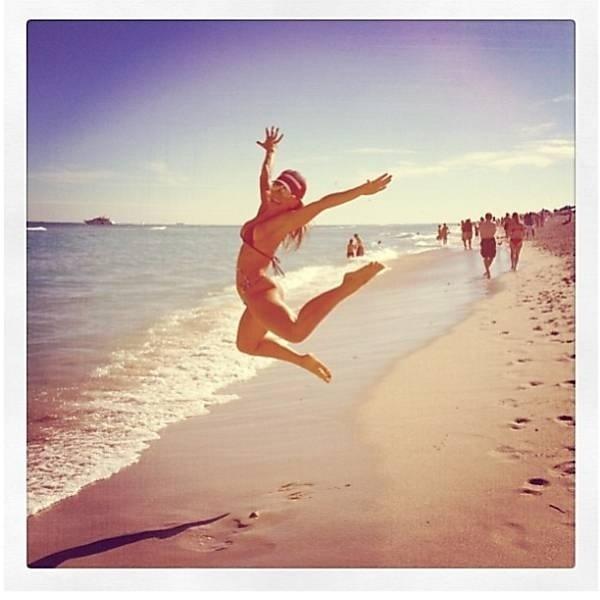 """28.dez.2012 - Sabrina Sato, 31, está curtindo a vida de solteira. A apresentadora está aproveitando as férias do """"Pânico"""" em Miami com o stylist Matheus Mazzafera. O amigo postou  no Instagram uma foto dela fazendo acrobacias na praia"""