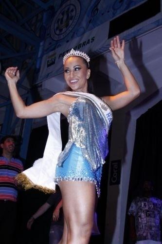 13.nov.2010 - Sabrina Sato é coroada rainha da Vila Isabel na quadra da escola, no Rio