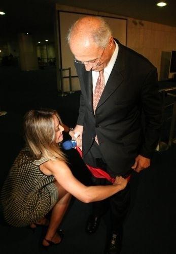 14.out.2009 - Sabrina veste uma sunga vermelha por cima da calça do senador Eduardo Suplicy, em Brasília