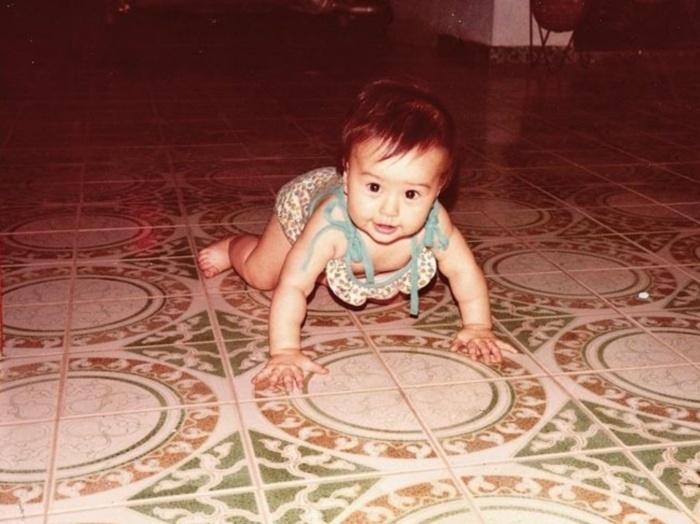 1981 - Sabrina Sato engatinhando, aos oito meses de idade, em Penápolis