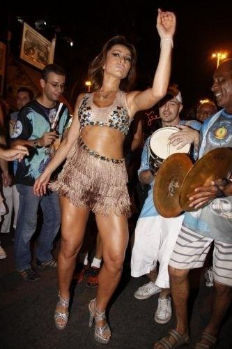 19.jan.2011 - Sabrina Sato participa de ensaio de rua da Vila Isabel, no Rio. A apresentadora é rainha de bateria da agremiação
