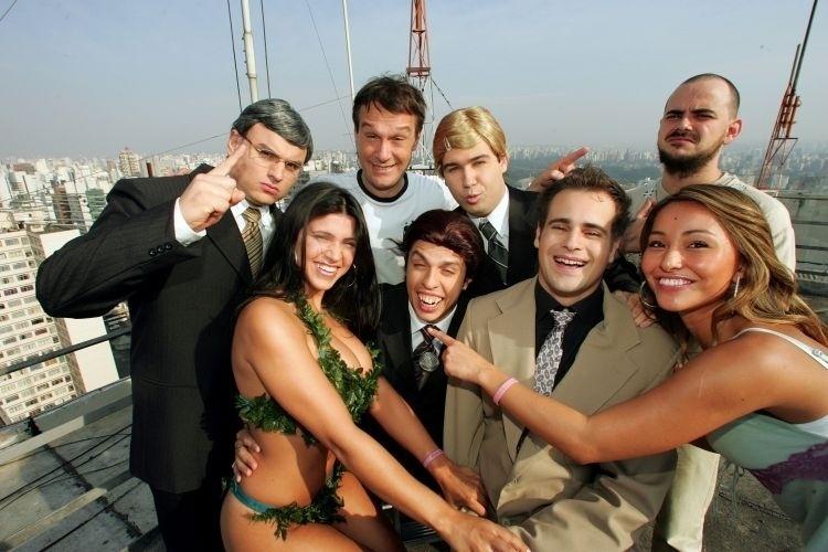 """19.mai.2005 - Integrantes do programa """"Pânico na TV"""", da esquerda para a direita, Mulher Samambaia, Merchanevis (Carlos Alberto), Emílio Surita (de branco), Repórter Vesgo (Rodrigo Scarpa), Carioca (Márvio Lúcio), Ceará (Wellington Muniz), Sabrina Sato e Gugu (Vinicius Vieira) posam para foto, em São Paulo"""