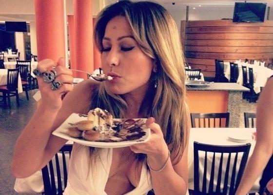 """1.fev.2012 - Com decote generoso, Sabrina Sato se delicia com sobremesa em churrascaria no Rio de Janeiro. """"Olha o segredo da dieta da rainha da Vila (Isabel)"""", brincou o promoter David Brazil em seu Twitter"""