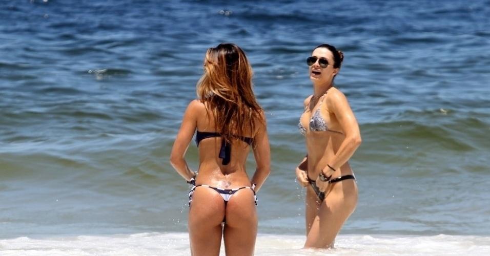 1.fev.2012 - Sabrina Sato entra no mar acompanhada de uma amiga na praia do Leblon, no Rio
