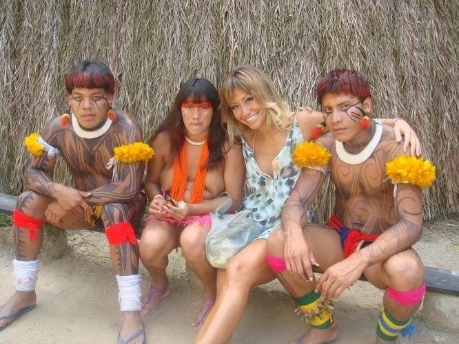 """2007 - Sabrina posa ao lado de índios durante matéria do """"Pânico na TV"""" em aldeia indígena"""