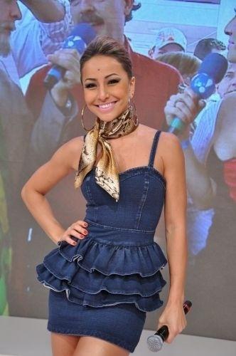 """2010 - Sabrina posa para foto durante gravação do """"Pânico na TV"""""""