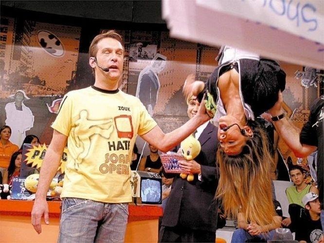 """20.mail.2005 - Emílio Surita segura Sabrina durante gravação do """"Pânico na TV"""""""