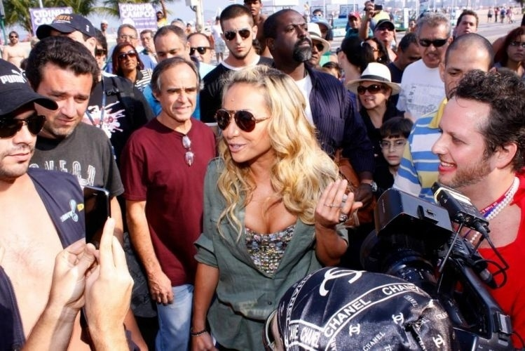 """22.ago.2010 - Sabrina Sato vai à passeata """"Humor Sem Censura"""" na praia de Copacabana, no Rio"""