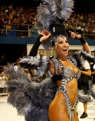 22.fev.2009 - Sabrina durante desfile da escola de samba Gaviões da Fiel, em São Paulo