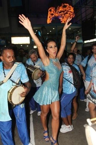 22.jan.2011 - Sabrina Sato vai ao ensaio da Vila Isabel, escola de samba carioca da qual será madrinha de bateria em 2011