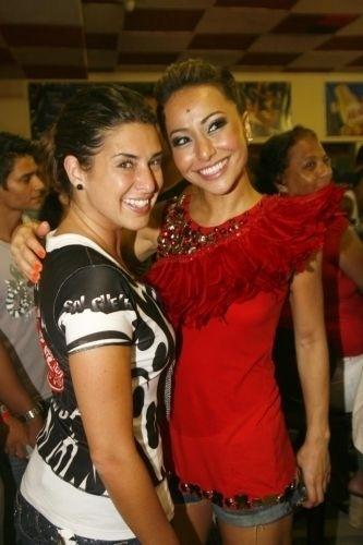 24.jan.2010 - Sabrina posa ao lado de Fernanda Paes Leme no ensaio da escola de samba Salgueiro, no Rio