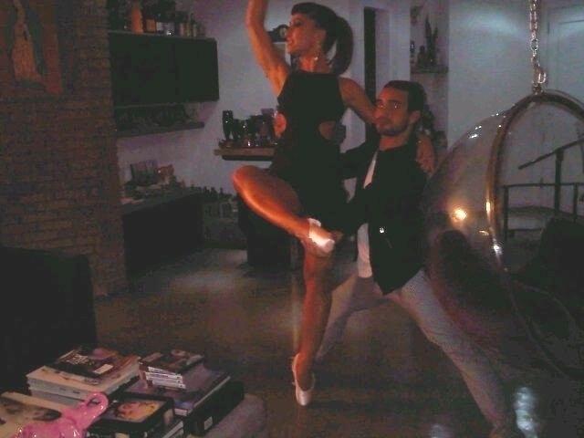 25.mai.2011 - Sabrina Sato pratica balé ao lado do amigo Rafael Gomes após curtir balada em SP. A apresentadora curtiu a inauguração de uma balada gay na terça (24) e também negou os boatos de que esteja grávida. No último sábado, Sato apareceu com uma barriguinha saliente durante um jantar