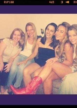 26.dez.2011 - Sabrina Sato posta no Twitter foto em que aparece ao lado das amigas de infância de Penápolis