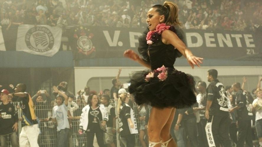 28.jan.2012 - Sabrina Sato samba e agita a torcida do Corinthians no ensaio técnico da Gaviões no Sambódromo de São Paulo