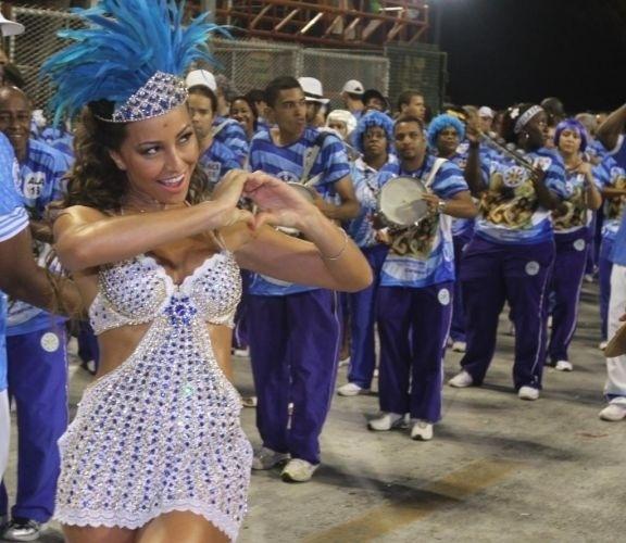 30.jan.2011 - À frente da bateria da Vila Isabel, Sabrina Sato vai ao ensaio técnico das escolas de samba cariocas na Marquês de Sapucaí, no Rio