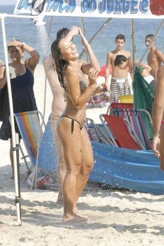 31.jan.2011 - Recém-separada do deputado Fábio Faria, Sabrina Sato refresca-se em chuveiro da praia do Leblon, na zona sul do Rio. O casal estava namorando há um ano e meio, mas reatou o romance quatro meses depois