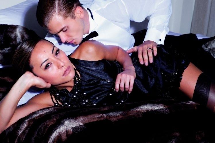 """5.fev.2010 - Sabina posa ao lado de modelo durante ensaio para a revista """"RG Vogue"""""""