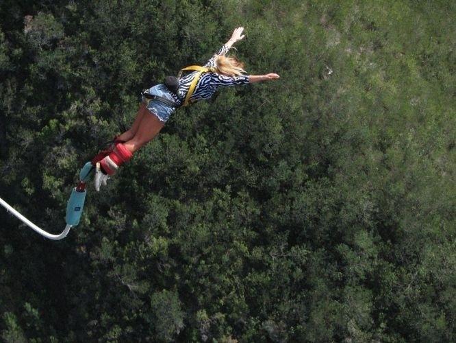 7.mai.2010 - Sabrina salta de bungee jump da ponte Bloukrans River Bay, em Plettenberg Bay, na África do Sul