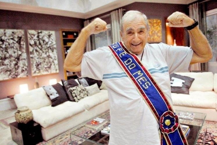 """Elias Gleizer nasceu na cidade de São Paulo, em 4 de janeiro de 1934. No ano de 2009, com 75 anos de idade, o ator ganhou o título de """"o bofe do mês"""", dado pela produção da Rede Globo"""