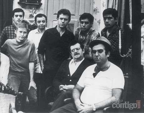 """Elias Gleizer teve sua primeira aparição como ator na TV Tupi, no fim da década de 50. Na extinta emissora, Elias fez mais de 25 papéis. Dentre eles, em """"Nino, o Italianinho"""", novela da TV Tupi de 1969. Na foto, com ar de mafioso, Gleiser aparece com outros atores consagrados como Paulo Figueiredo (atrás dele), Juca de Oliveira (centro) e Tony Ramos (de pé à esquerda)"""