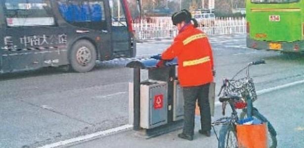 """Uma milionária chinesa de 53 anos, proprietária de 17 imóveis, trabalha como faxineira seis dias por semana para, segundo ela, ensinar aos seus filhos as virtudes do trabalho, relata nesta quinta-feira o diário """"South China Morning Post"""""""