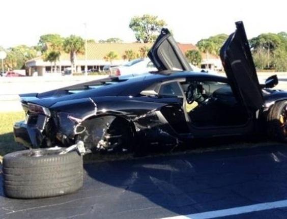 4.jan.2013 - Ao ver essa Lamborghini Aventador destruída, você imaginaria que o estrago teria sido causado por uma idosa de 79 anos?