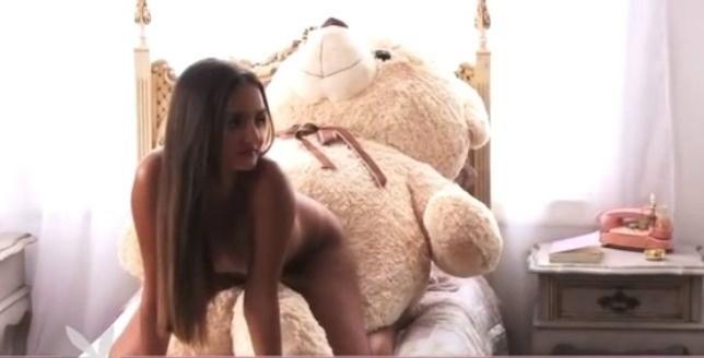 """A revista """"Playboy"""" divulgou imagens do ensaio feito por Ingrid Migliorini, mais conhecida como Catarina, a jovem de 20 anos que leiloou a virgindade. Ela é a estrela da edição de janeiro de 2013 da publicação."""