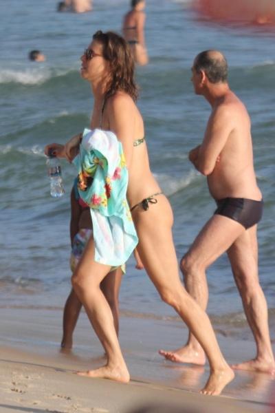 8.jan.2013 - A atriz Maria Paula aproveitou tarde de sol nas areias da Praia de Ipanema, no Rio