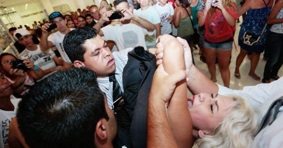 """8.Jan.2013 - Integrantes do Femen entram em confronto com seguranças ao protestar contra a casa de vidro do """"Big Brother Brasil 13"""""""