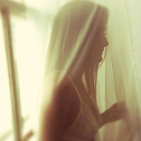 """8.jan.2013 - O diretor de arte da """"Playboy"""", Alexandre Ferreira, postou em seu Instagram uma foto dos bastidores do ensaio que Ingrid Migliorini fez para a revista. A moça conhecida como a virgem Catarina é a capa de janeiro da publicação. Na imagem ela aparece só de sutiã entre cortinas."""