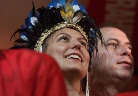 10.fev.2002 - Com Ciro Gomes, Patrícia assiste ao desfile das escolas de Samba do Rio de Janeiro