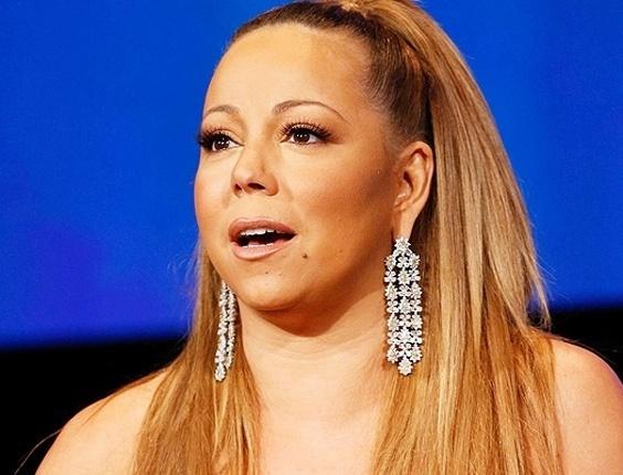 """11.jan.2013 - Durante coletiva de imprensa para falar sobre o reality show de música """"American Idol"""", Mariah Carey, 42, exagerou em um """"brincão"""" que deixou suas orelhas """"deformadas"""". A cantora estava ao lado dos jurados Nicki Minaj, Randy Jackson e Keith Urban"""