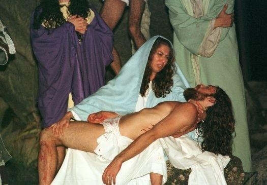"""15.mar.2000 - Patrícia Pilar, interpretando a Virgem Maria, durante encenação da """"Paixão de Cristo"""", contracena com Marcelo Valente, no papel de Jesus Cristo, em cena do espetáculo, em Nova Jerusalém, na cidade de Brejo da Madre de Deus (PE)"""